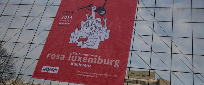 Schon von weitem ist die Rosa-Luxemburg-Konferenz sichtbar. Foto: Björn Kietzmann