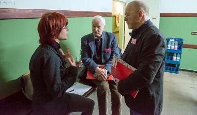 Lena Kreymnann (junge Welt) mit Hans Modrow (Mitte) und Volker Hermsdorf