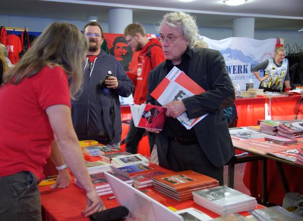 Auch 2015: Andrang bei den Büchertischen Foto: Gabriele Senft