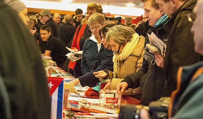 Großer Andrang an den Büchertischen im Foyer. Foto: Andrea Solei/Jens Schulze
